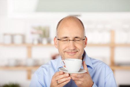 Verwalter genießt eine Tasse Kaffee.